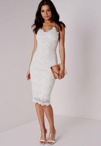 vit klänning med spagettirem och figuromfattande fåll med koppling