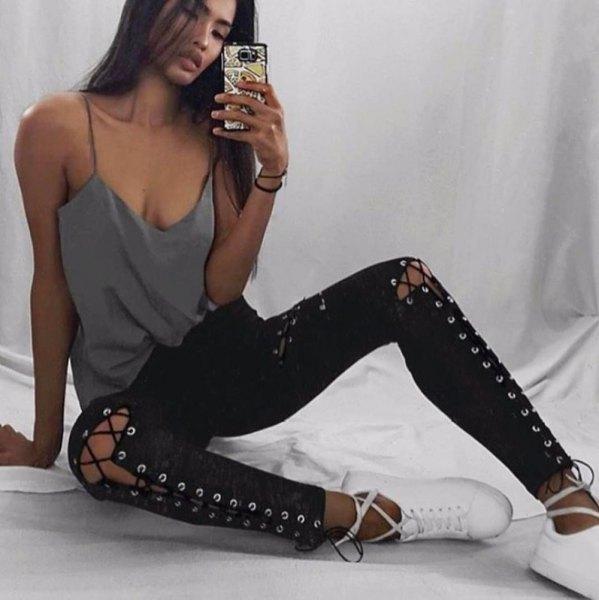 grå linne med scoop-halsringning, smala jeans och vita sneakers