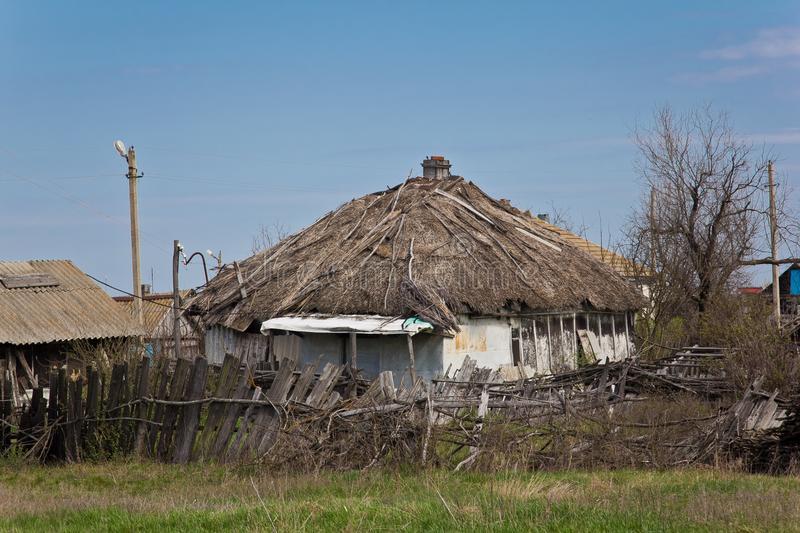 Övergiven rysk by.  Fördärvar av lantligt hus med halmtak.