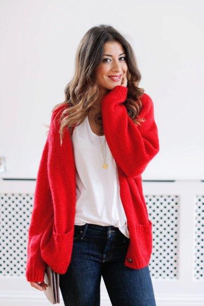 röd, tjock koftetröja med vit t-shirt med scoop hals och mörkblå skinny jeans