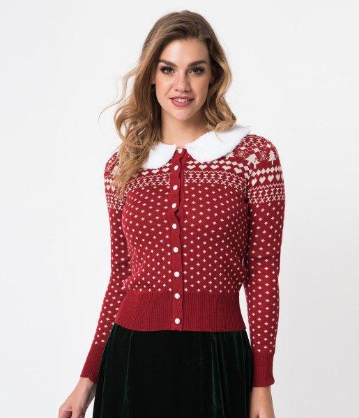 röd och vit jultryckt kofta med knapp och svart kjol