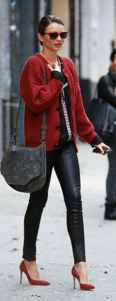 röd ribbad kofta med svart topp och läderjackor