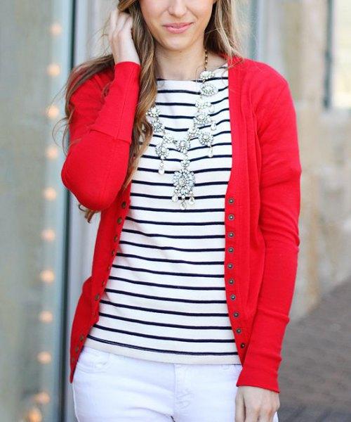 röd kofta med vita skinny jeans