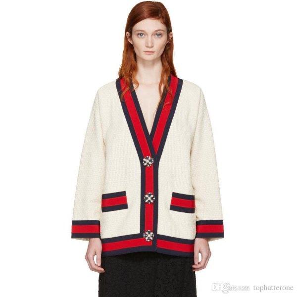 vit och röd stickad tröja med svart midikjol