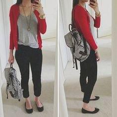 röd tröja med en grå t-shirt med en urringning och svarta, beskurna jeans