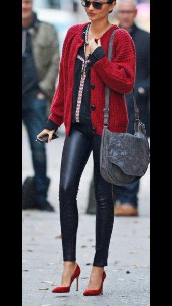 röd ribbad koftatröja med svarta läderbyxor