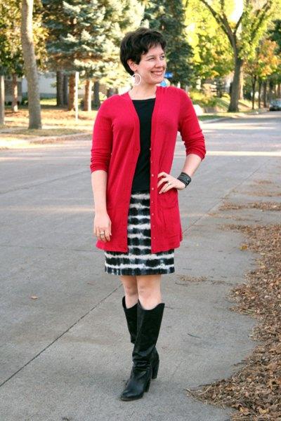 röd lång kofta med svartvitt tryckt minikjol