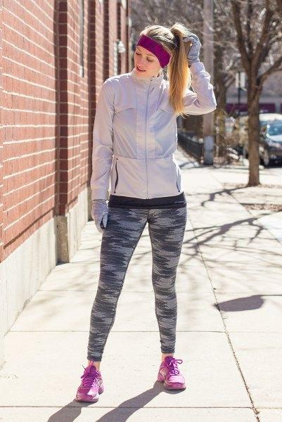ljusgrå nylon vindbyxa med matchande löphandskar och kamouflage tights