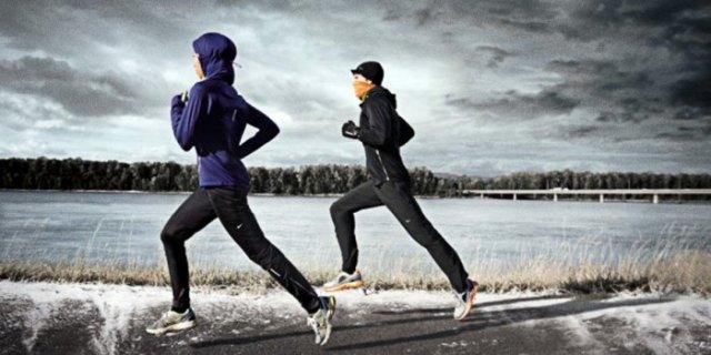 Mörkblå huvtröja med matchande löphandskar och svarta nylonbyxor