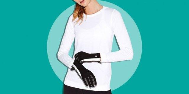 vit långärmad T-shirt med svarta löphandskar och mörka joggingtights