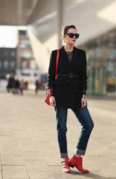svart trenchcoat jeans med bälte och bälte