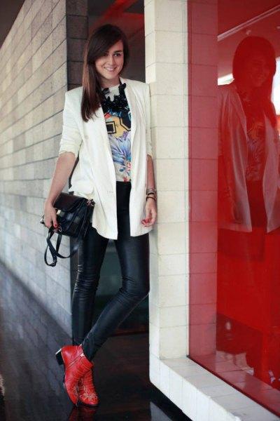 röda stövlar vit blazer svart läder leggings