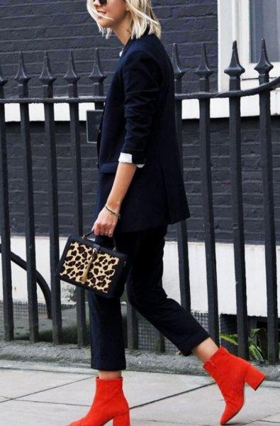 röda stövlar marin kostym cheetah handväska