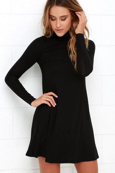 svart gungklänning med stand-up krage