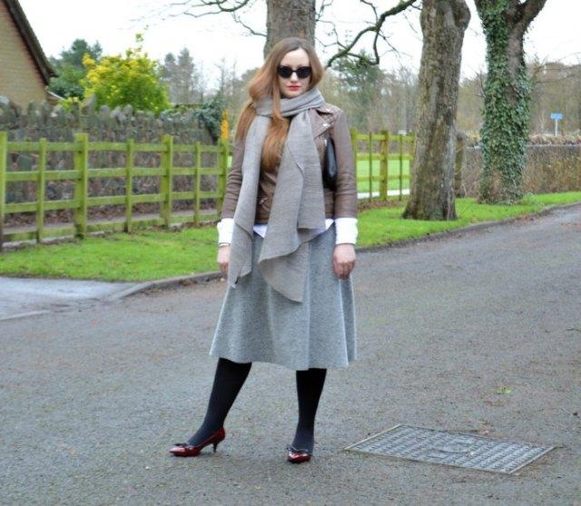 brun skinnjacka med grå ull halsduk och matchande midikjol