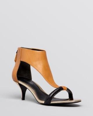 bruna lädersandaler med kattungehäl, svart minipassform och utsvängd klänning