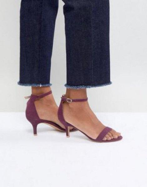 Mörkblå slim fit jeans med manschetter och grå sandaler med kattunge klackar