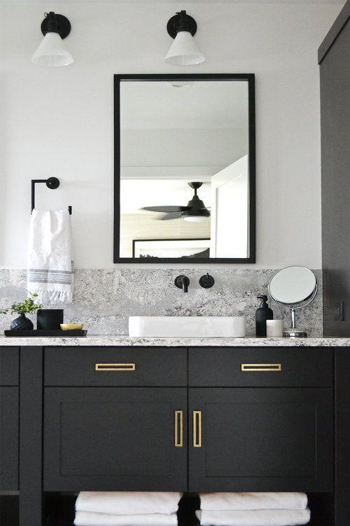 Svart badrumsfack med marmor och mässing    Jaclyn Peters Design.