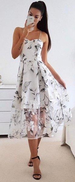 Blommig klänning med spagettiband och blommor