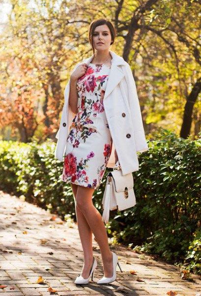 vit, figurkramande ullrock med blommönster