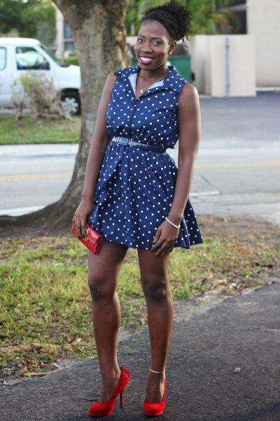 ärmlös miniklänning med blå prickbälte och röda klackar