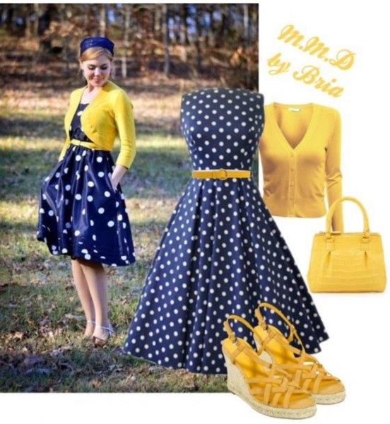 blå prickad klänning med gul kort stickad tröja