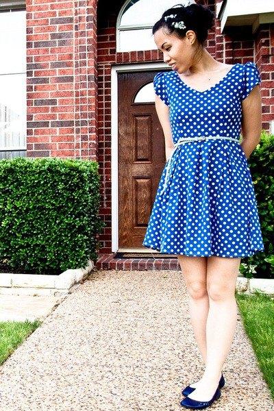 blå och vit mini baksmälla klänning med prickigt bälte och mörkblå ballerinor