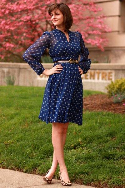 Långärmad, knälång, blå prickig klänning med chiffongbälte och bälte