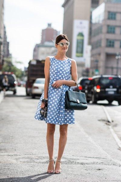 Ljusblå ärmlös prickig minisvängklänning med klackar med öppna tå
