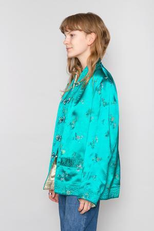 Sidenjacka i kinesisk stil med blågrönt siden och jeans