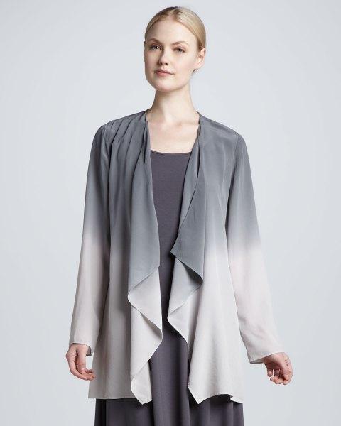 grå och vit draperad sidenjacka med skiftklänning