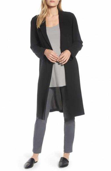 svart longline sidenjacka med gråa skinny jeans