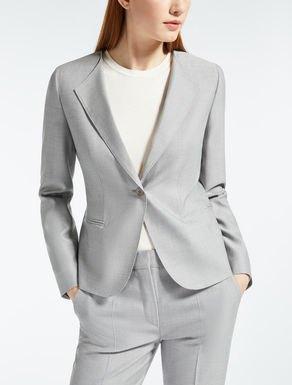 grå sidendräkt med vit bomullslångärmad T-shirt