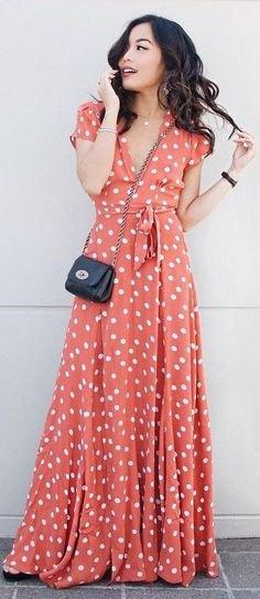 golvlång fläckad klänning med orange och vita prickar