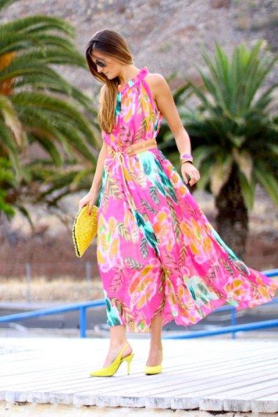 Maxiklänning med rosa och gult blommönster och citronklackar