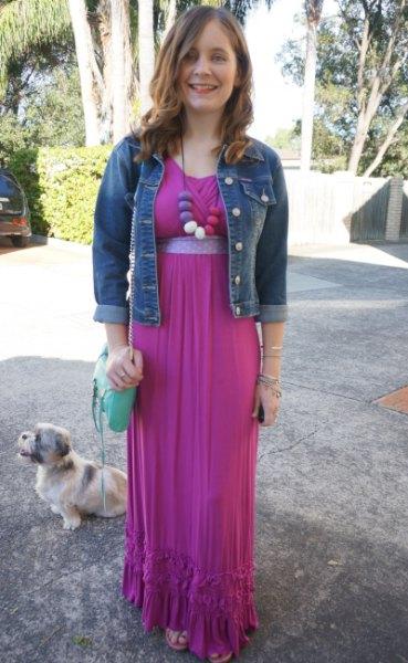 blå jeansjacka med rosa maxikiffongklänning med bälte