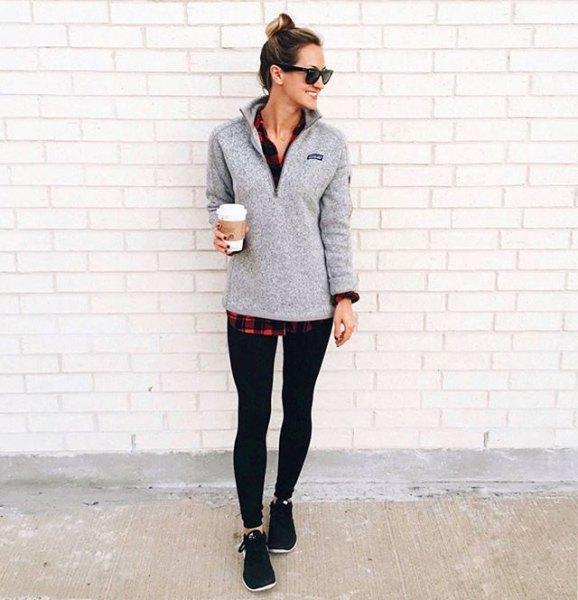 grå tröja svart och röd rutig pojkvänskjorta