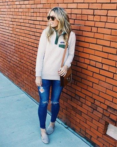vit kvarts zip överdimensionerad tröja blå rippade jeans