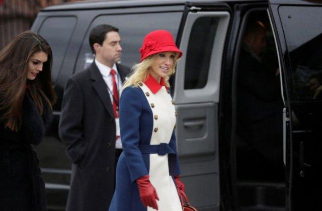 röd buskhatt med vit och blå kappaklänning