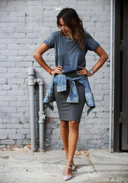 grå t-shirt med jeansjacka och figurkramande minikjol