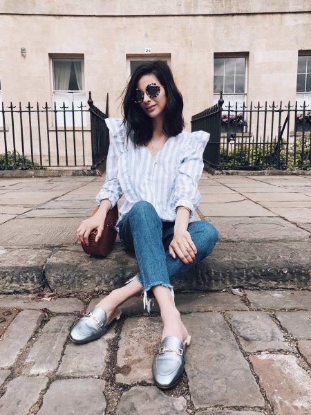 blå och vit randig skjorta med knappar och korta jeans