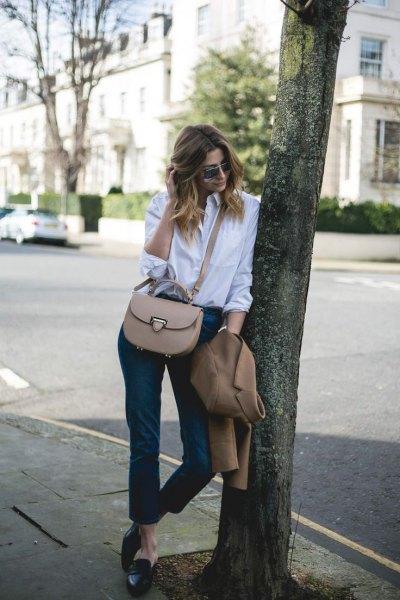 vit skjorta med knappar, svarta damaskar och rygglösa tofflor