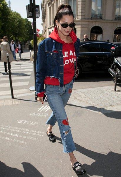 röd tryckt huvtröja med blå snitt kort jeansjacka