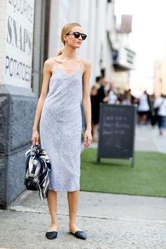 Ljusgrå midiklänning med rygglösa tofflor med spetsiga tår