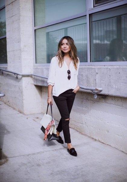 vit chiffongblus med avslappnad passform, rippade jeans och rygglösa läderskor i läder