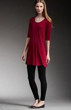 röd tunika med halva ärmar, svarta leggings och lägenheter
