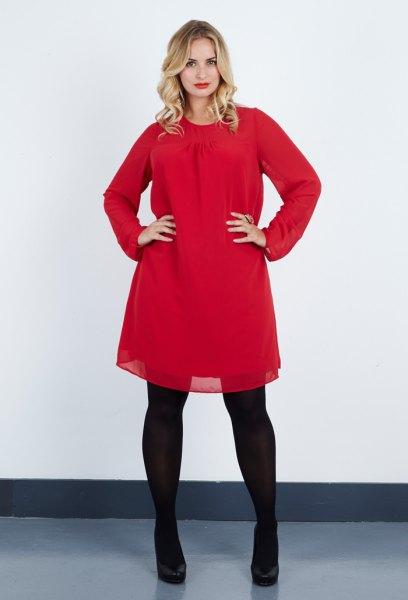 Röd tunika gjord av utsvängd chiffong med svarta leggings