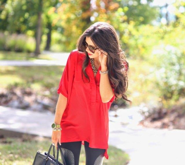 röd tunikatopp med halva ärmar och svarta leggings