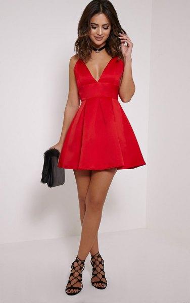 röd skaterklänning med djup V-ringning och svart krage