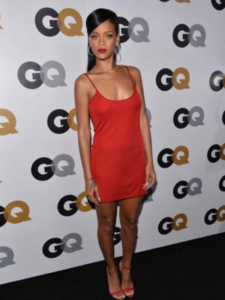 röd miniklänning med djup urringning